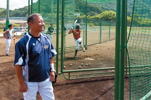 <b>ハウステンボスにほど近い長崎国際大学の野球グラウンドでは、栗原邦夫さんが練習に臨む選手らに温かい視線を注ぐ</b>(写真=諸石 信)