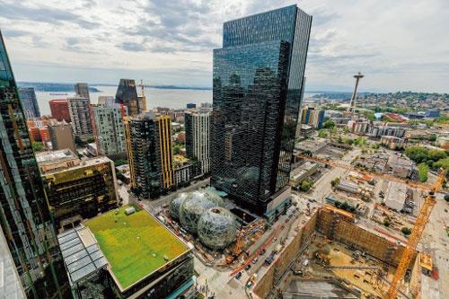 米シアトルの本社ビル群(中央)と展開する事業サービス。