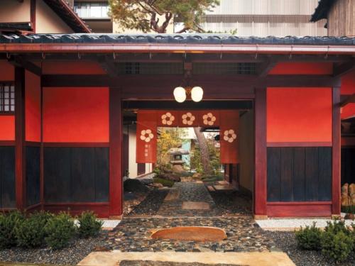 創業約390年の「白銀屋」(石川県加賀市)は「界加賀」に施設名を変更した。星野氏は外国人らが呼びにくいため、老舗の名を使わないことを決断
