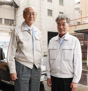 <b>ナベヤ創業家の岡本太右衛門会長(左)と、「番頭」の加藤昭彦常務</b>(写真=川柳 まさ裕)