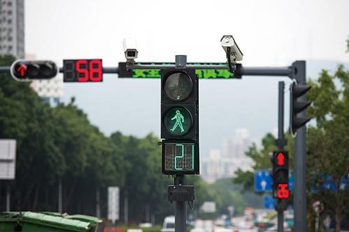 """<span class=""""fontBold"""">中国の複数の都市で、顔認証により信号無視を監視するシステムが導入されている</span>(写真=Imaginechina/アフロ)"""