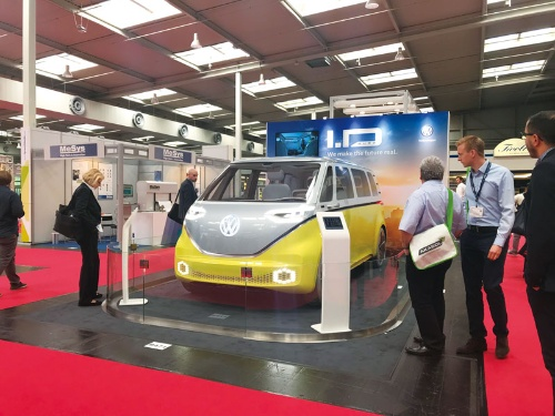 "<span class=""fontBold"">バッテリーショーに展示された独フォルクスワーゲンの新型EV。2025年に300万台のEVを販売する計画だ</span>"