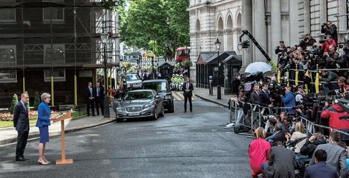 <b>下院選挙翌日、首相官邸前で演説するテリーザ・メイ英首相。辞任の考えはないことを明言した</b>(写真=Carl Court/Getty Images)