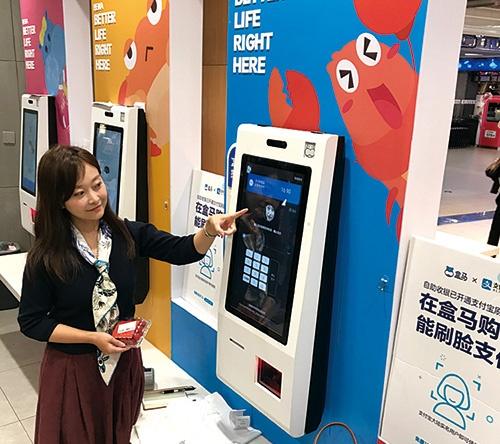 """<span class=""""fontBold"""">上海のスーパーで顔認証決済が実用化された。中国の最新技術を体験しに来る日本人が増えている</span>"""
