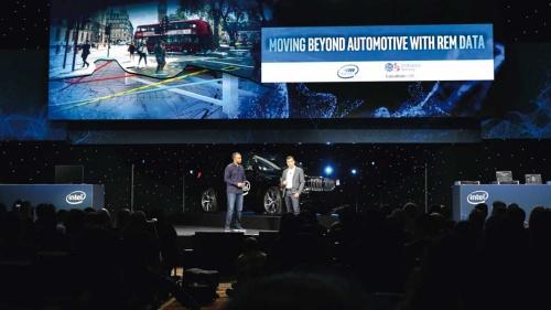 """<span class=""""fontBold"""">2019年1月に米ラスベガスで開催されたイベントでモービルアイ CEOのアムノン・シャシュア氏(右)が新事業の構想を発表</span>(写真=モービルアイ提供)"""