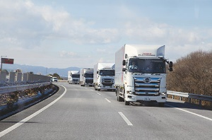 "<span class=""fontBold"">経済産業省や国土交通省、日野自動車、豊田通商などは高速道路での隊列走行の実証実験を行った</span>"