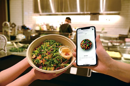 "<span class=""fontBold"">カスタムサラダ専門店「クリスプ・サラダワークス」のモバイルオーダーアプリは、外食店としては珍しく自社開発だ。他社向けに外食向けSaaSとして販売もしている  </span>"