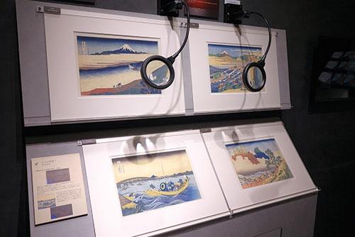 "<span class=""fontBold"">NTT東日本主催の展覧会の様子。浮世絵の高精細複製品が展示されている</span>"