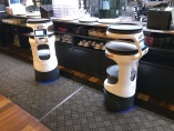 身近になった配膳ロボット 飲食店スタッフ助ける「同僚」に