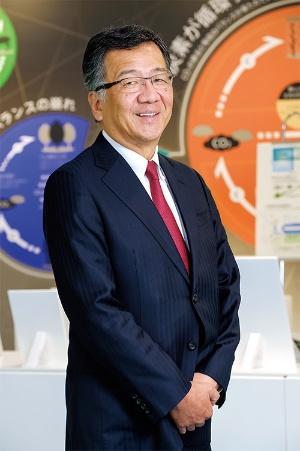 "<span class=""fontBold"">[ わが・まさゆき ]<br />1958年生まれ。東京都出身。81年に慶応義塾大学を卒業し、三菱化成工業(現三菱ケミカル)入社。シンガポール子会社社長や三菱ケミカルホールディングス経営戦略室長などを経て18年4月から現職。</span>(写真=中山 博敬)"