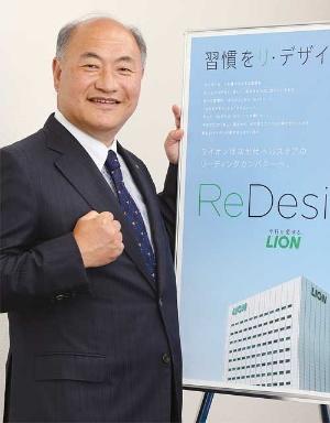 "<span class=""fontBold"">掬川 正純[ きくかわ・まさずみ ]<br />1959年生まれ、神奈川県出身。84年東京大学農学部卒、同年ライオン入社。2006年から研究開発本部ファブリックケア研究所長として洗濯用洗剤「トップNANOX(ナノックス)」などの開発を担当した。10年執行役員、12年取締役。18年から国際事業を担当。19年1月から現職。</span>(写真=陶山 勉)"