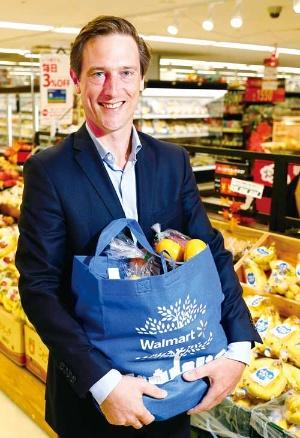 """<span class=""""fontBold"""">リオネル・デスクリー[Lionel Desclée]<br>2002年ヴィレリック・ビジネススクールで財務マネジメント修士号を取得。金融機関を経てベルギー食品小売り大手のデルハイツ・グループ入社。欧州のペットショップチェーンTom&CoのCEOを経て19年3月から現職。持ち株会社のウォルマート・ジャパン・ホールディングスのCEOも兼ねる。ベルギー出身。</span>(写真=竹井 俊晴)"""
