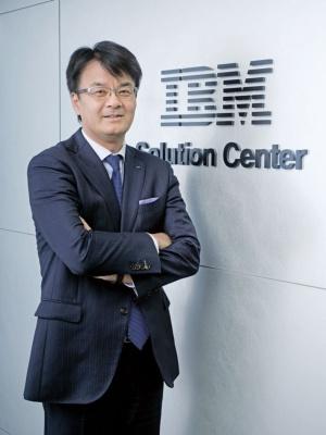 """<span class=""""fontBold"""">山口 明夫[ やまぐち・あきお ]<br />1964年和歌山県生まれ。87年大阪工業大学工学部卒業、日本IBM入社。金融向けシステム事業に携わる。2007年からグローバル・ビジネス・サービス事業を担当し、17年に取締役専務執行役員。米IBMの経営執行メンバーにも加わる。19年5月から現職。</span>(写真=加藤 康)"""