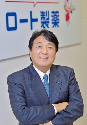 """<span class=""""fontBold"""">杉本 雅史[ すぎもと・まさし ]<br />1961年、三重県生まれ。84年に東京薬科大学薬学部を卒業し、武田薬品工業に入社。営業畑を歩み、2009年にヘルスケアカンパニーのプレジデントに就任。武田コンシューマーヘルスケアの社長を経て、18年6月に退社。19年1月にロート製薬に入社し、6月から社長。</span>(写真=菊池 一郎)"""