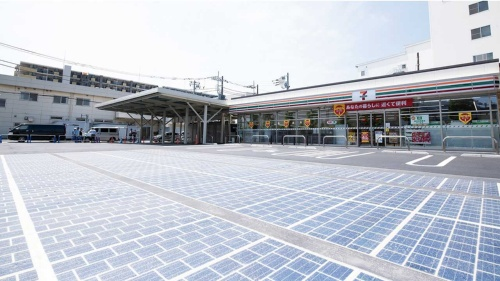 "<span class=""fontBold"">相模原橋本台1丁目店は改良した什器・設備で作業時間を7.1時間削減。太陽光パネルも敷き詰めている</span>"