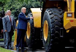 """<span class=""""fontBold"""">2017年、米ホワイトハウスで開いた米国産品の展示会でキャタピラー製品に手を触れたトランプ大統領</span>(写真=ロイター/アフロ)"""