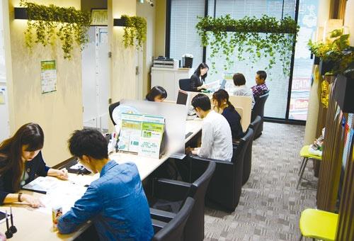 "<span class=""fontBold"">住宅ローンの相談など来店者でにぎわうセブンデイズプラザ新宿西口店(東京・新宿)。広いカウンターがあり、リラックスした雰囲気で相談できるよう工夫している</span>"