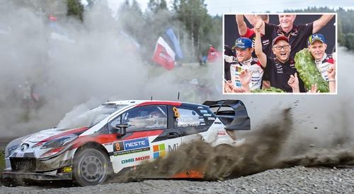 """<span class=""""fontBold"""">8月初旬のWRCラリー・フィンランドは、トヨタ自動車の「ヤリス」が首位を快走(左)。昨年の同大会でも優勝し、喜ぶ豊田章男社長(上)</span>(写真=Panoramic/アフロ)"""
