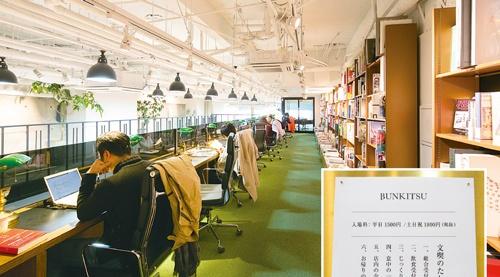 "<span class=""fontBold"">日販グループが手掛ける書店「文喫」は、入場料が必要(右下)。読書や仕事で5~6時間程度過ごす人も多い。混み合わないようにするため、入場規制をかけることもある</span>(写真=的野 弘路)"