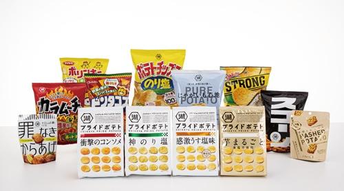 """<span class=""""fontBold"""">湖池屋の主力商品や新商品。「プライドポテト 芋まるごと」(前列右端)は食塩不使用。唐揚げを大豆タンパク質で再現した「罪なきからあげ」(左端)は大豆粉をベースにし低カロリーでたんぱく質の摂取もできる。「ハッシュドポテト」(右端)は脂などで指先が汚れにくい</span>(写真=スタジオキャスパー)"""