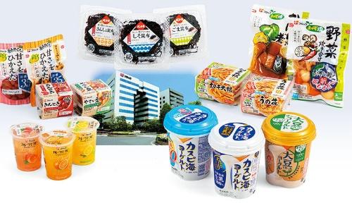 "<span class=""fontBold"">総菜(右上)、昆布製品(中上)、豆製品(左上)で売り上げの8割を占める。ヨーグルト(右下)は1割まで育った。左下はデザートのフルーツセラピー。建物は神戸市の本社</span>(写真=商品:スタジオキャスパー)"