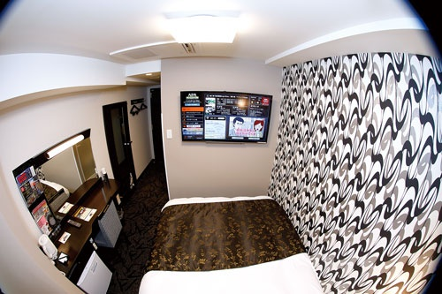 """<span class=""""fontBold"""">客室は11m<sup>2</sup>と狭いが、ベッドやテレビは大きくし、快適さを売りにする</span>(写真=竹井 俊晴)"""
