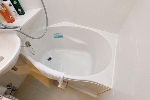 "<span class=""fontBold"">浴槽は卵型にすることで長方形のものより湯量を20%節約</span>(写真=竹井 俊晴)"