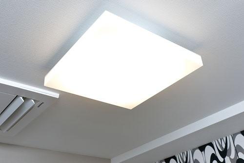 """<span class=""""fontBold"""">客室で仕事や勉強がしやすいよう、明るいライトを使用。一般的なホテルの照明がベッド上で120ルクスなのに対して、アパホテルは500ルクス</span>(写真=竹井 俊晴)"""