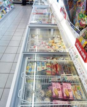 "<span class=""fontBold"">初山別店のアイスクリームの冷凍庫は通常の1.5倍</span>(写真=船戸 俊一)"