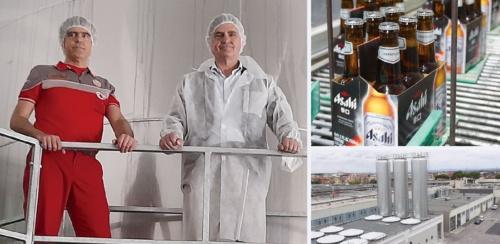 """<span class=""""fontBold"""">スーパードライを現地生産するペローニのローマ工場。統括醸造責任者のシュルツ氏(左写真の右)たちは日本からの出張者が途絶える中、DXを導入し、リモートで味を作り込んだ</span>"""