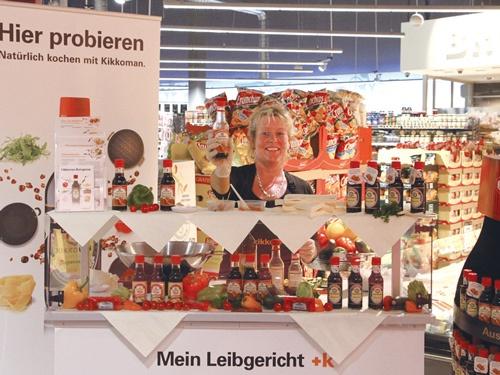 """<span class=""""fontBold"""">ドイツのスーパーマーケットでの店頭販売の様子(上)。世界の各国で本醸造のしょうゆやその派生品を販売している(下)</span>"""