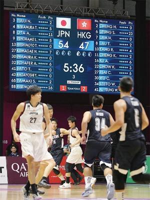 """<span class=""""fontBold"""">アジア大会での香港戦。代表認定を取り消された4人の選手名も電光掲示板に表示されていたが、実際には8人での戦いを余儀なくされた</span><br />(写真=時事)"""