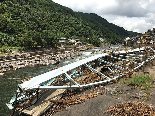 "<span class=""fontBold"">玖珠川の増水で崩落した新天瀬橋。街のシンボルでもあった</span>"