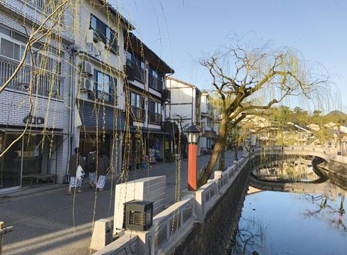 """<span class=""""fontBold"""">城崎温泉の外湯めぐりを楽しみ、大谿川沿いを歩く観光客はなおまばらなままだ</span>"""