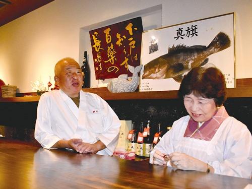 """<span class=""""fontBold"""">日本料理店「鯛松」は、大将が自ら釣った魚をさばくのも魅力。女将さんと夫婦二人三脚で切り盛りしてきた</span>"""