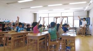 北海道東川町の中心部にある東川小学校。校舎に入ると壁のない教室が広がる(右)