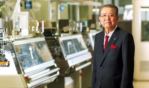"""<span class=""""fontBold"""">しま・まさひろ<br />1937年生まれ。県立和歌山工業高校卒業。18歳でゴム入り安全手袋を発明して特許を取得したことをきっかけに62年に島精機製作所を創業。2017年6月に会長就任。旭日中綬章を受章。</span>(写真=菅野 勝男)"""