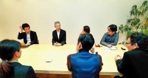 """<span class=""""fontBold"""">HAKUHODO DESIGNの永井一史社長(左から2人目)は「現代の経営ではますますデザインが重要になってきている」と語った</span>(写真=竹井 俊晴)"""