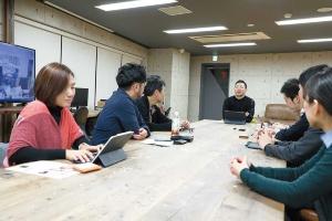 """<span class=""""fontBold"""">DG TAKANOの高野雅彰社長(奥、中央)は、「日本の大企業に本当に『デザイン思考』が浸透したら、すごいことになる」と期待する</span>(写真=都築 雅人)"""