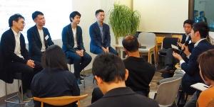 "<span class=""fontBold"">2月上旬に開いたオープン編集会議キックオフイベントでは、Takram代表の田川欣哉氏(左から3人目)らを交えて議論した</span>"