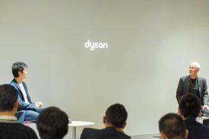 """<span class=""""fontBold"""">英ダイソンのジム・ローウェンCEO(右)を迎えて開催した「Raise Live」では、デザインの力でイノベーションを起こす秘訣が語られた</span>"""