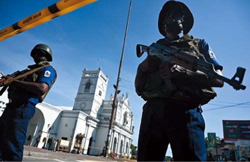 "<span class=""fontBold"">スリランカ最大の都市コロンボで教会を封鎖する治安当局者。4月21日に教会を含む8カ所で連続爆破テロが発生し、日本人1人を含む約360人が死亡した。海外展開する企業にとってテロ対策が急務となっている</span>(写真=AFP/アフロ)"