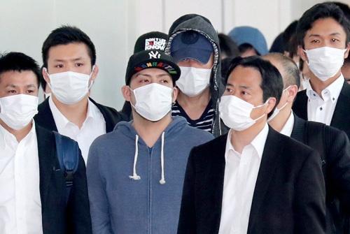 """<span class=""""fontBold"""">タイから日本に振り込め詐欺の電話をかけていた容疑者が5月、捜査員に囲まれ羽田空港に到着した</span>(写真=朝日新聞社)"""