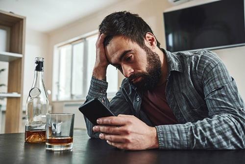 """<span class=""""fontBold"""">アルコールやスマートフォンなどへの依存が在宅勤務が当たり前となる時代の新たなリスクに</span>(写真=PIXTA)"""