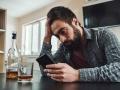 在宅勤務中にお酒を飲んでいませんか 忍び寄る「隠れ依存症」