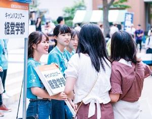 "<span class=""fontBold"">ここ数年、日本の大学で志願者数トップを守ってきた近畿大学。受験生を引き付ける一つの要因がオープンキャンパス(写真上、2019年の様子)だが、今年は「クローズキャンパス」と題しオンライン開催(写真下)に切り替えた</span>"