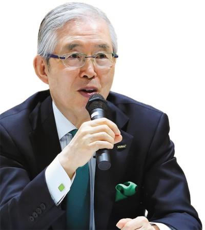 """永守学園理事長 日本電産会長CEO<br><span class=""""fontBold fontSizeL"""">永守重信氏</span><br>1944年生まれ。67年職業訓練大学校(現・職業能力開発総合大学校)電気科卒。73年に日本電産を創業、社長に就任。世界一のモーターメーカーに育てた。2014年から会長兼務。18年6月から会長CEOに。私財130億円を投じて京都学園大学(現・京都先端科学大学)の改革に乗り出し、同大学を運営する京都学園(現・永守学園)理事長に就任。(写真=太田 未来子)"""