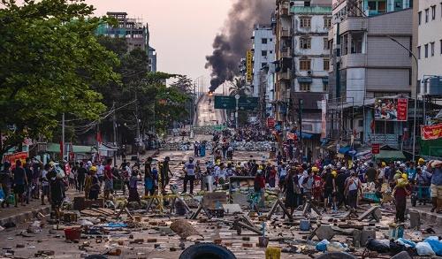 """<span class=""""fontBold"""">ヤンゴンで3月に起きたデモの様子。国軍の弾圧を背景にデモは沈静化しつつある。</span>(写真=Getty Images)"""