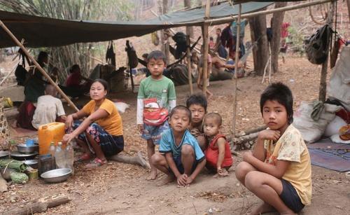"""<span class=""""fontBold"""">クーデター後、多くの難民が発生した。数万人がジャングルでの避難生活を強いられている。</span>(写真=カレン・ピース・サポート・ネットワーク提供)"""