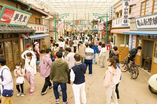 "<span class=""fontBold"">1960年代の日本をテーマに生まれ変わった「西武園ゆうえんち」。エントランスの先に昭和の商店街が広がる</span>"